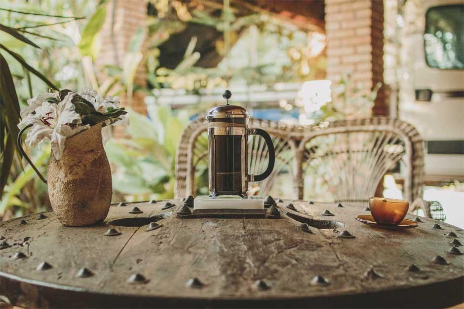 French press em cima de uma mesa de madeira.