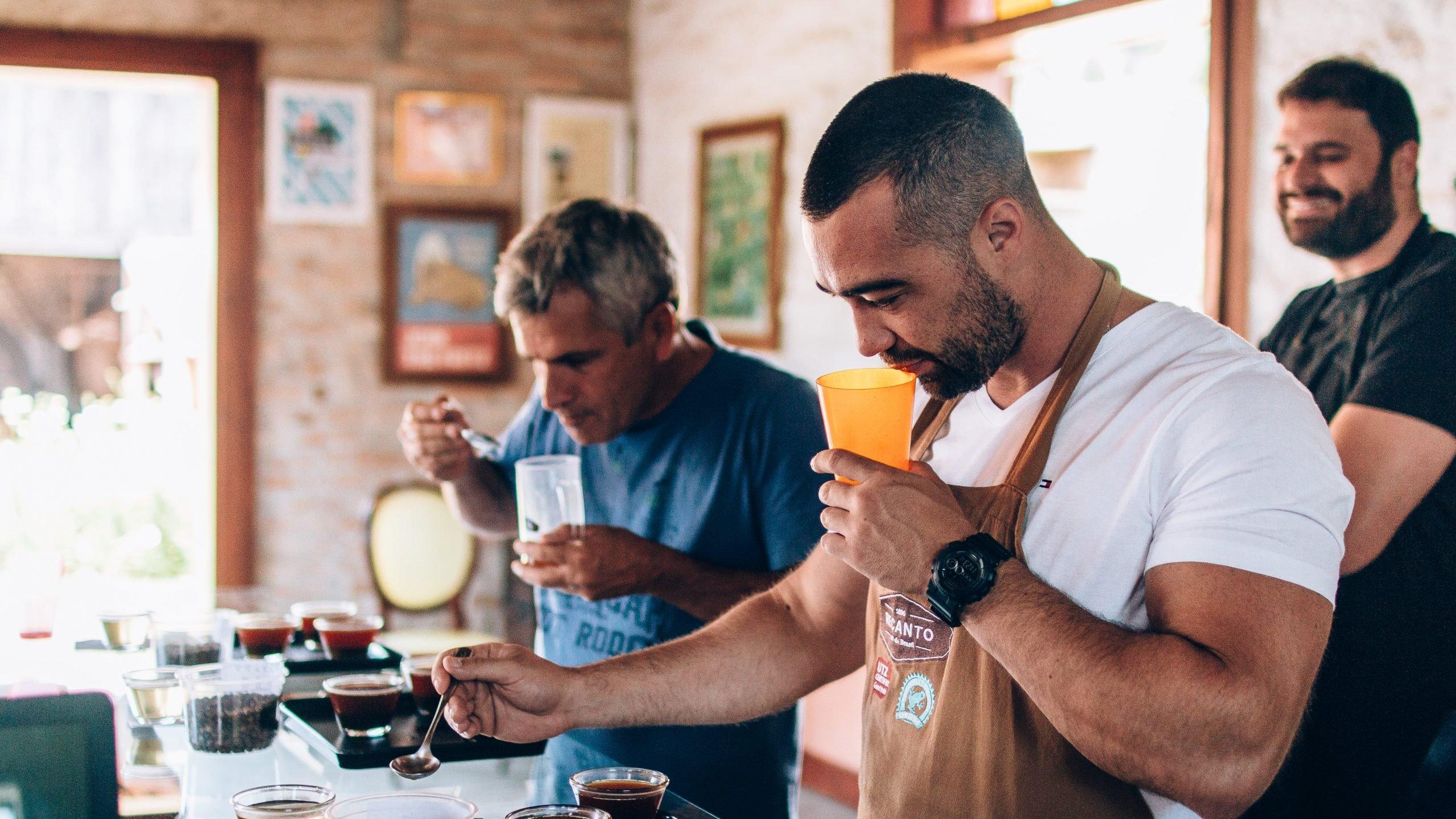 Homens degustando os melhores cafés do Brasil.
