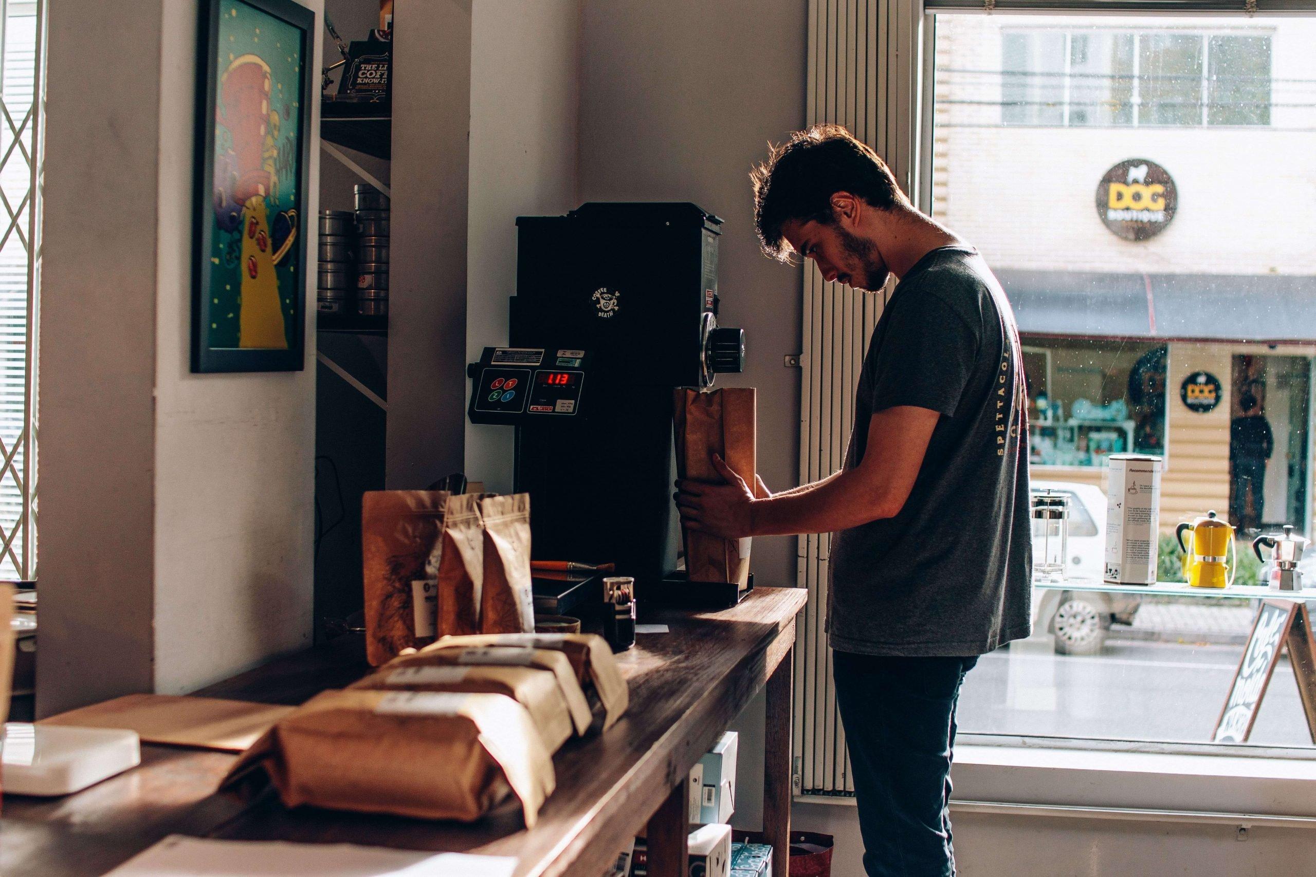 Homem fazendo um dos principais tipos de torra de café.