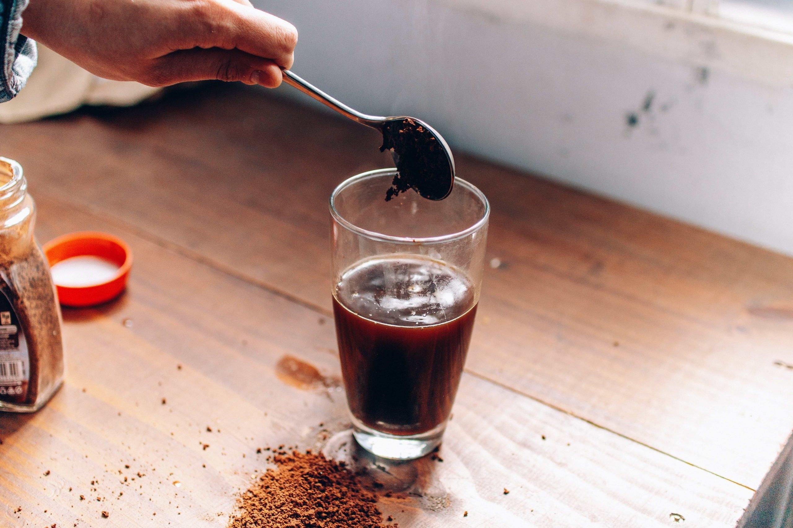 Drink com café sendo preparado com pó solúvel.