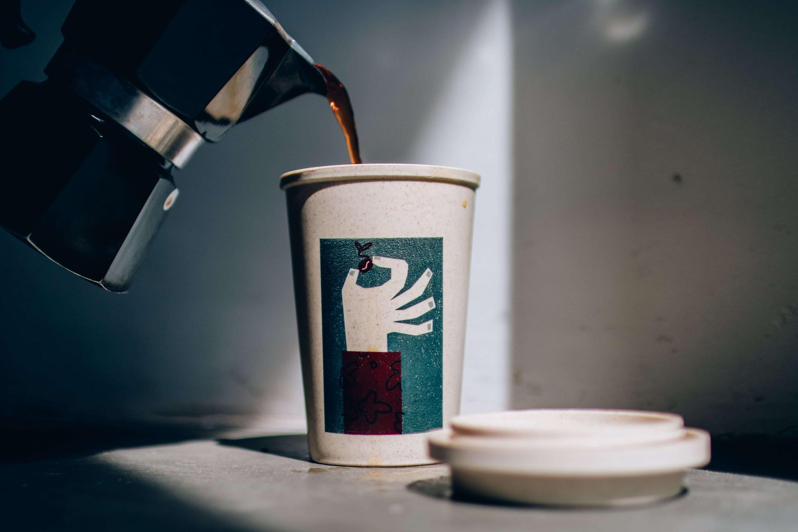 Café sendo passado no copo do Moka para a análise sensorial de café.