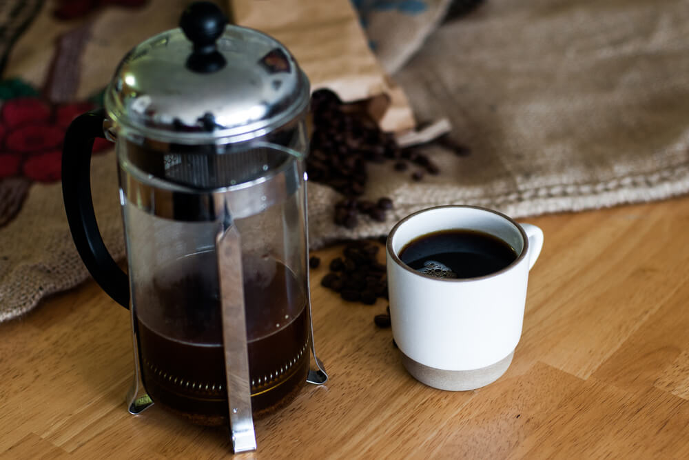Café para prensa francesa pornto para ser consumido na xícara.