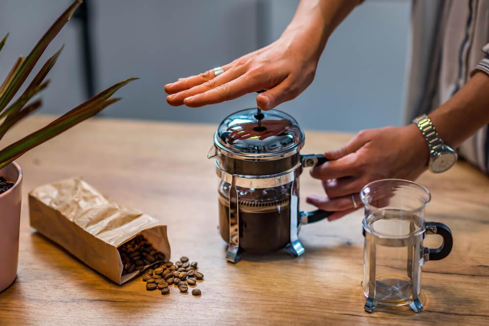 Café para prensa francesa sendo preparado.