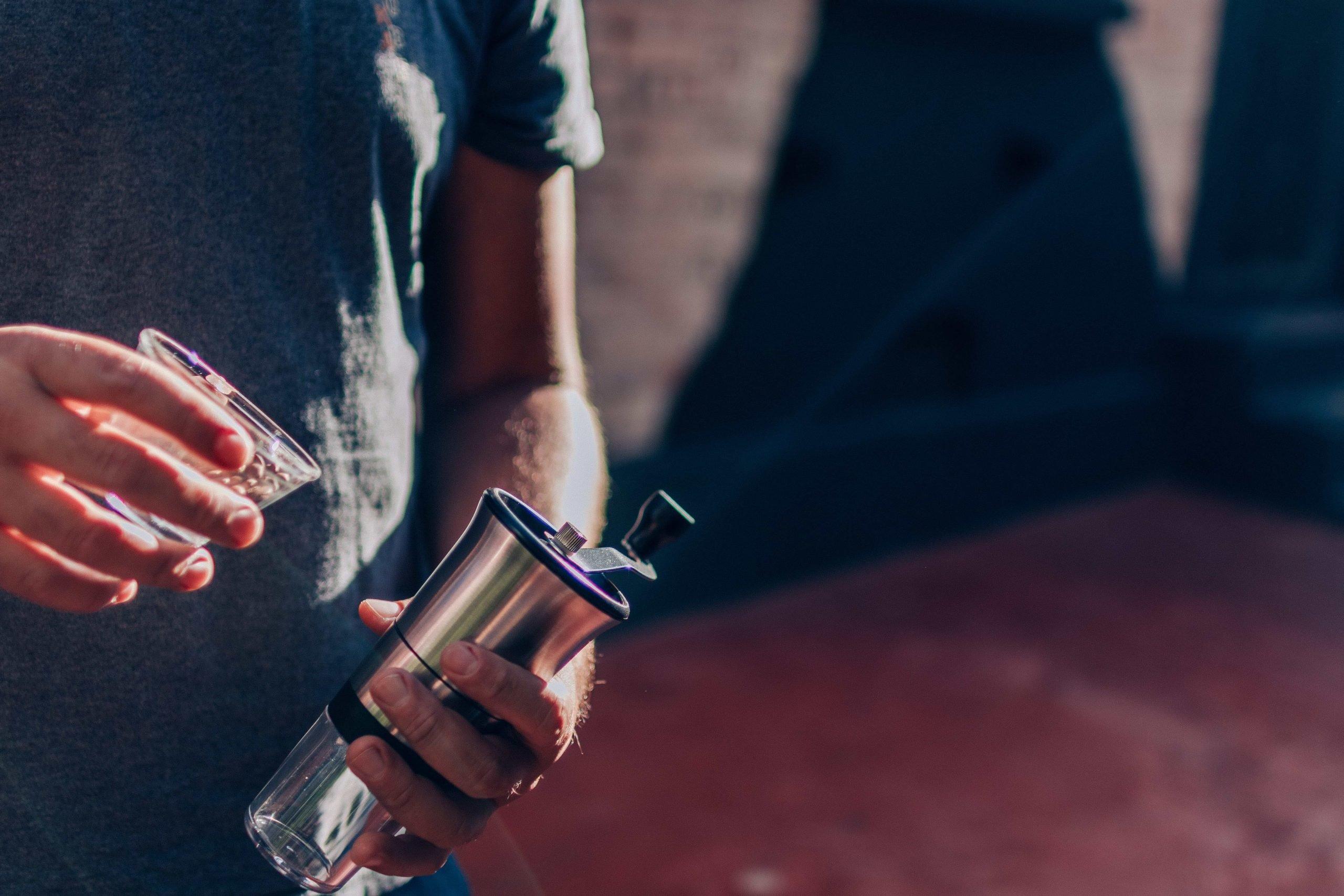 Um dos melhores moedores de café, da Tramontina, sendo preparado para uso.