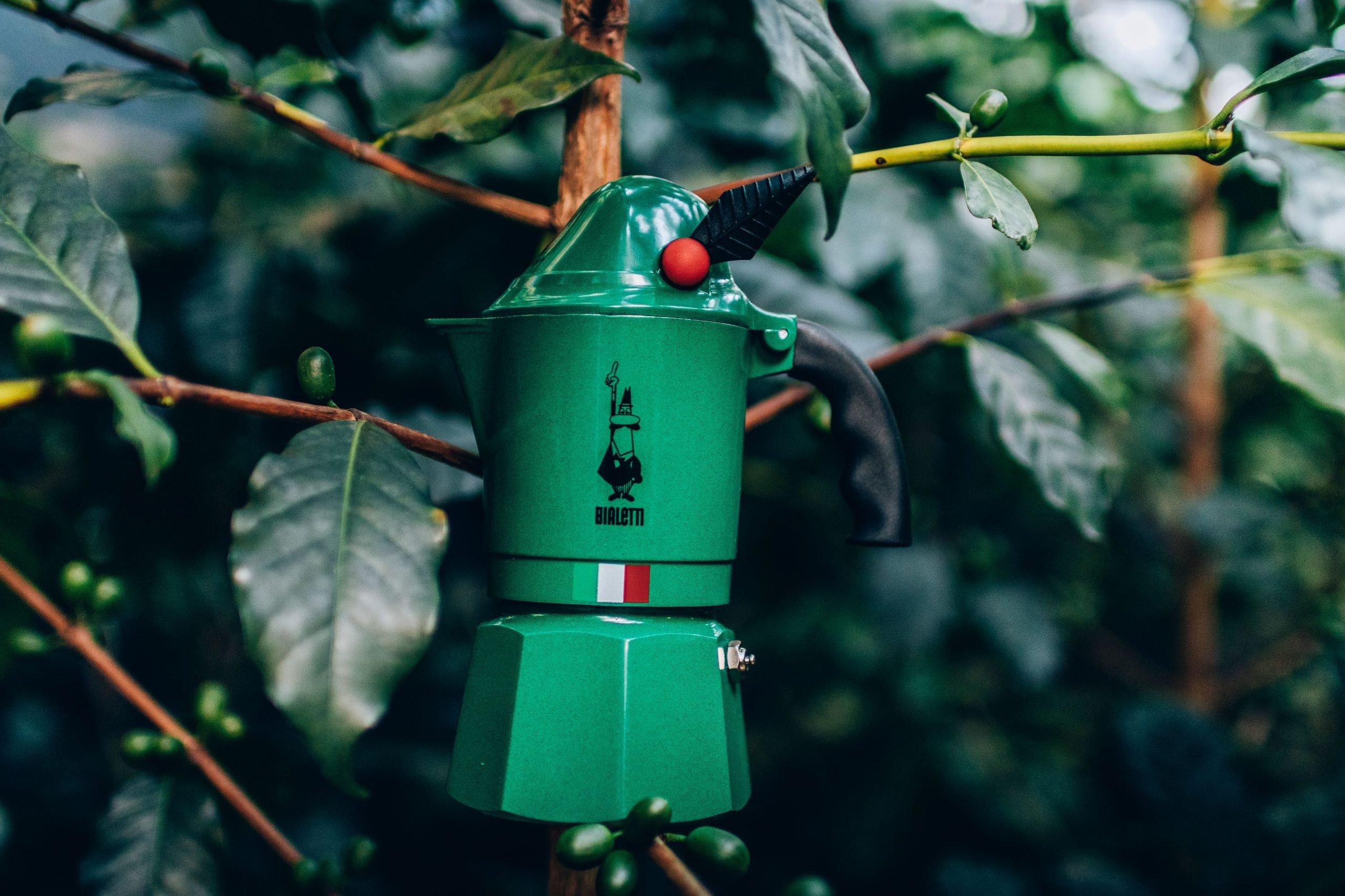 Um dos tipos de cafeteira italiana na cor verde.