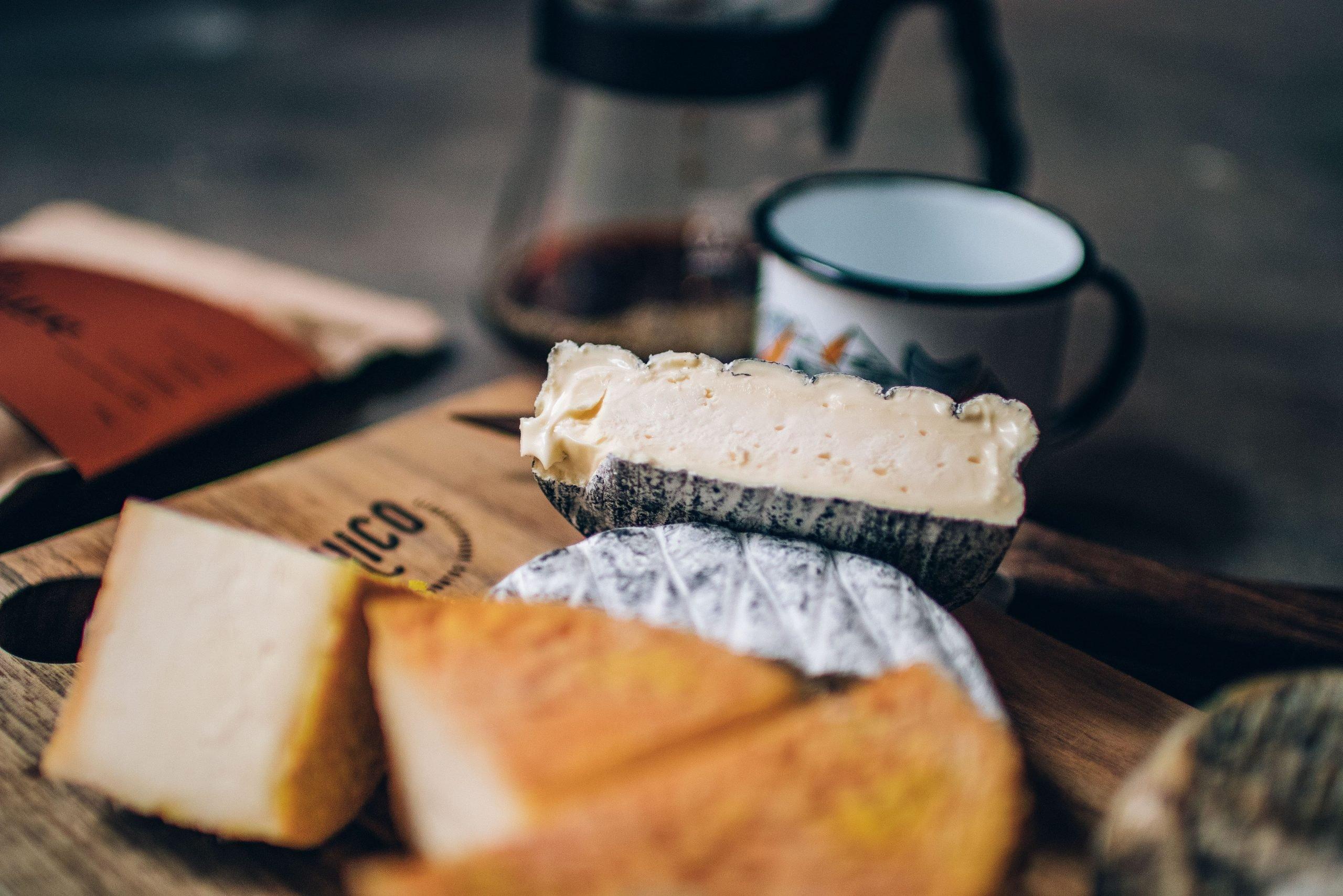 Queijos, alimentos influenciados pelo terroir como o café. disposto em uma tábua.