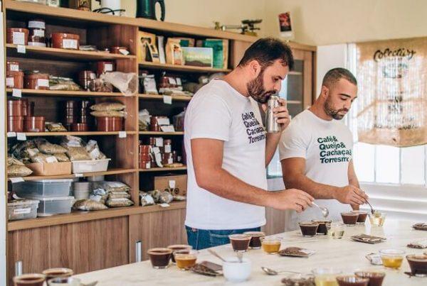 Dois homens provando café.