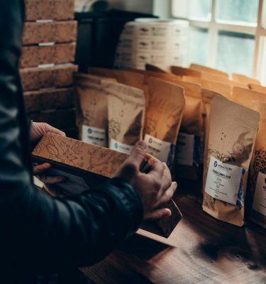 Homem embalando cafés