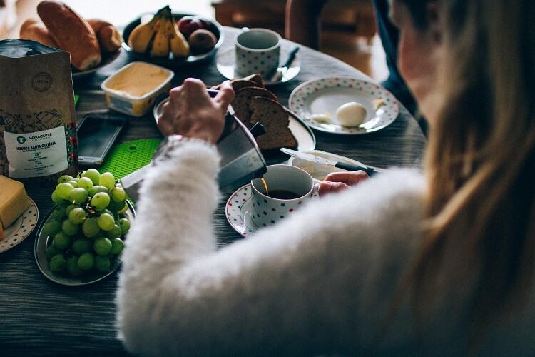 Mulher colocando café em uma xícara