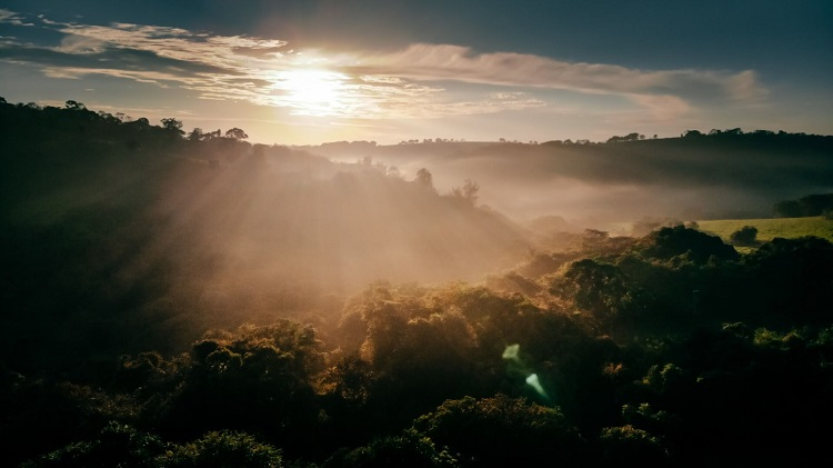 Paisagem natural com montanhas e sol ao amanhecer