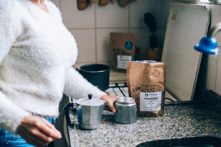 Pia de cozinha com uma cafeteira Moka e sacos de café