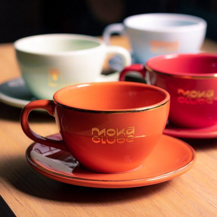 Xícara de latte art colorida