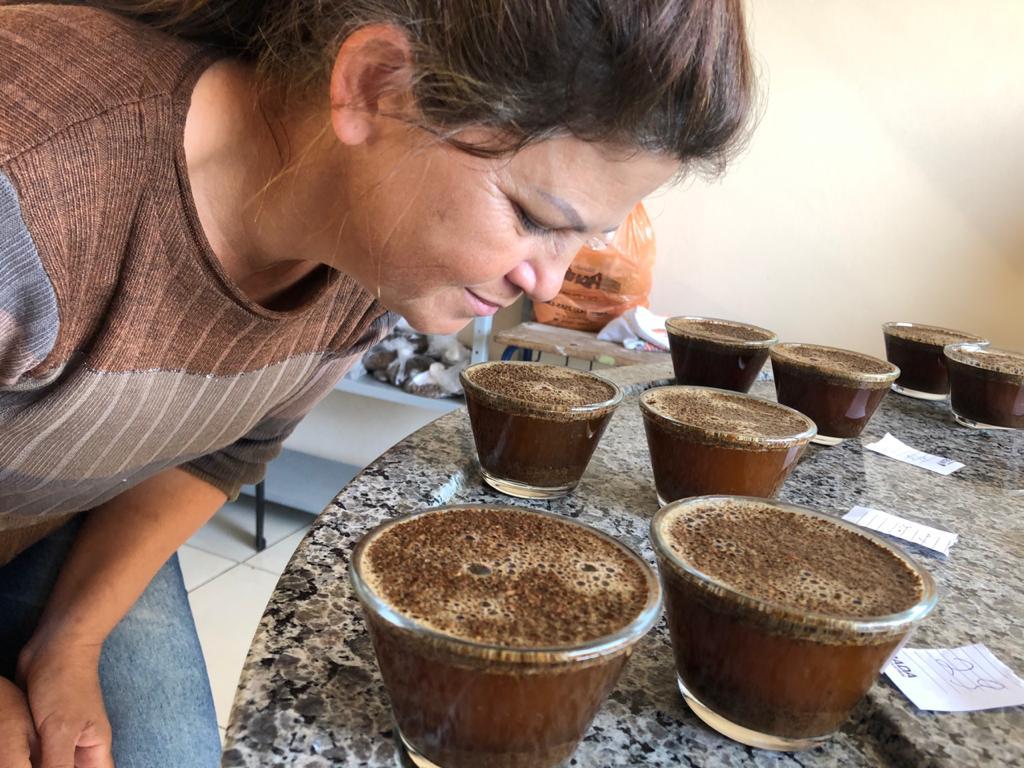 Maristela fazendo cupping
