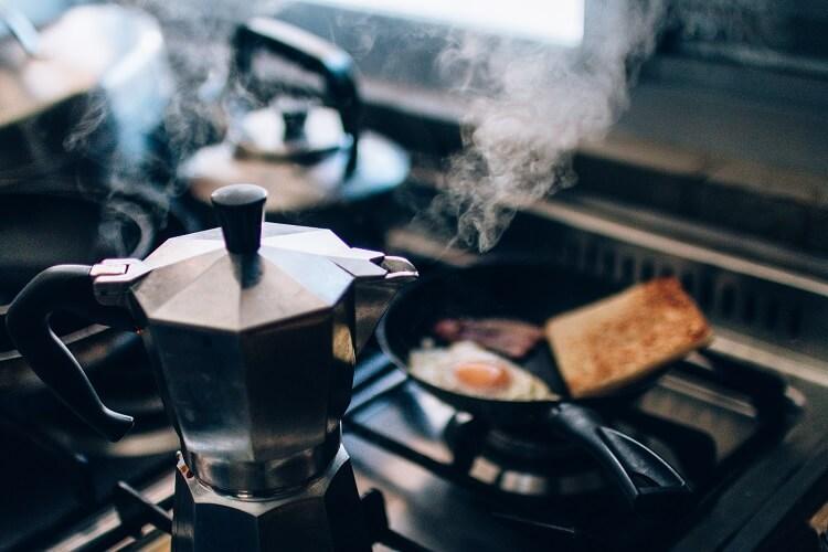 Preparação de café na cozinha