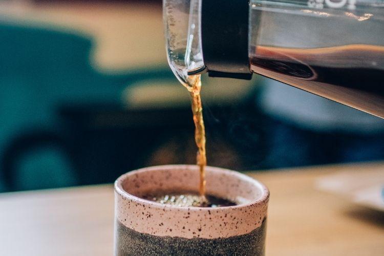 Café sendo colocado em copo