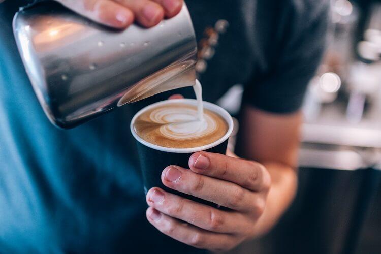 Barista fazendo Latte Art