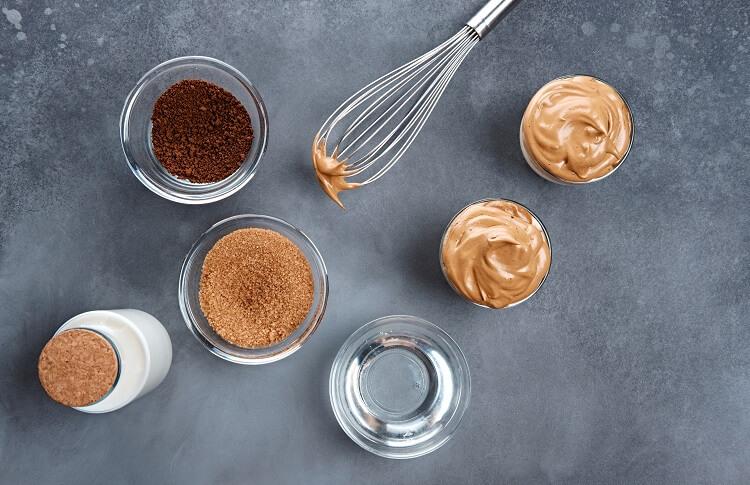 Passos para o preparo do café Dalgona