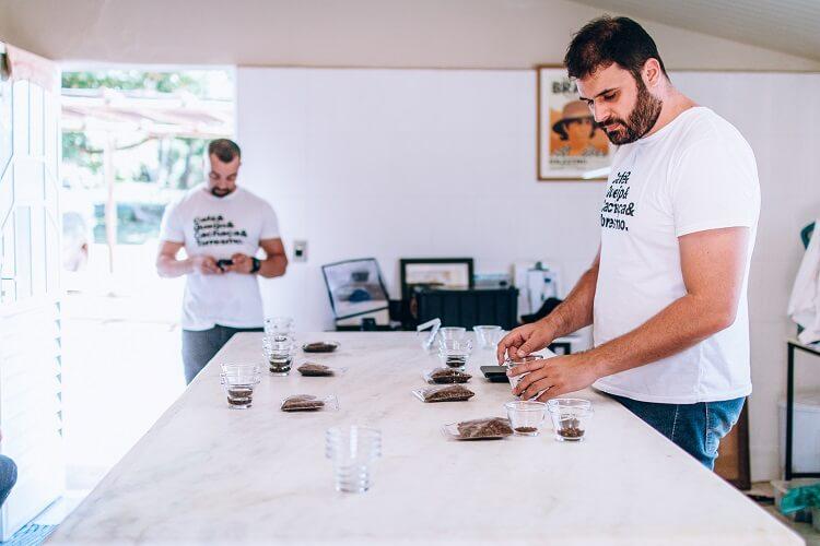 Homem analisando café
